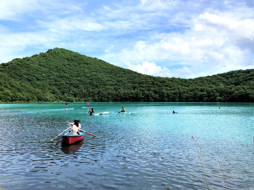 潟沼で乗れるボートから湖を眺めている様子