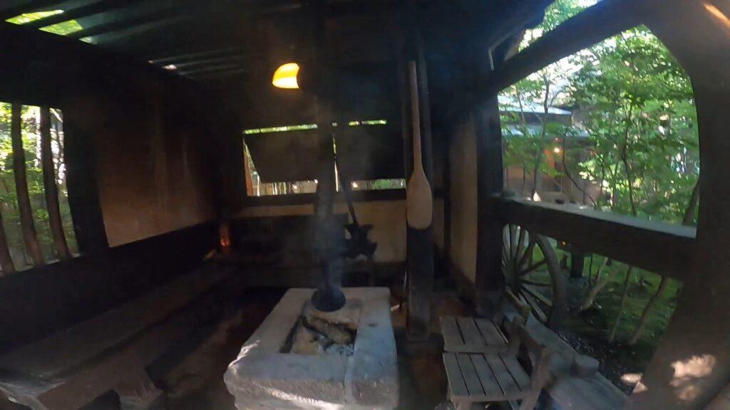 お宿のし湯のお庭にある囲炉裏。